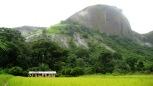 Escuela Kathombo, tras los árboles el pueblo.